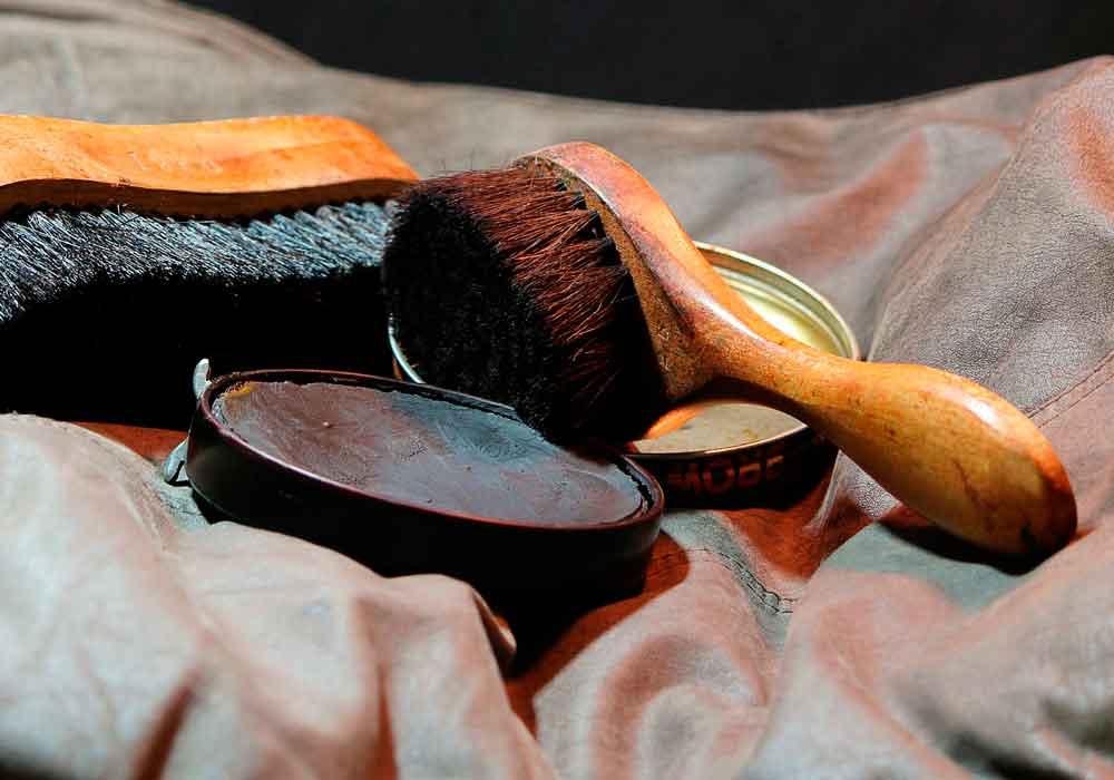 Limpiar botas de cuero con betun